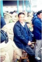 Mann auf chinesischem Kräutermarkt
